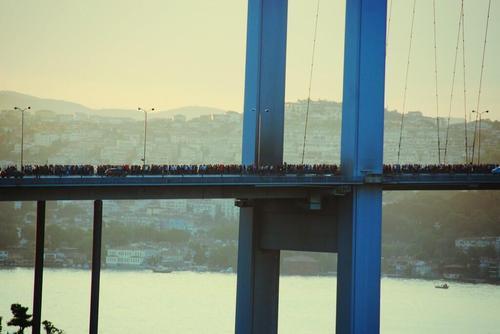 Protesters in Istanbul crossing the bridge. Çok guzel!